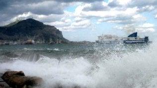 Pasquetta con il maltempo. In Sicilia il vento spazza via tettoie e verande: fermi i traghetti e i treni Messina-Palermo