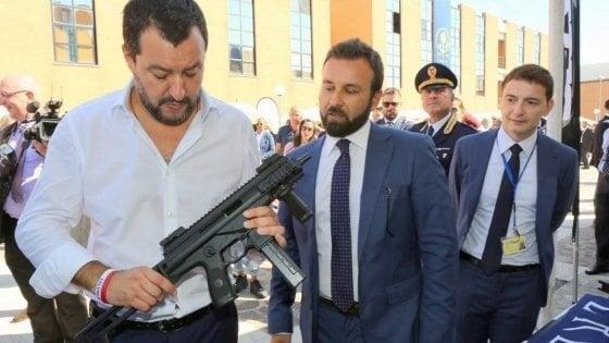 """Foto col mitra, Salvini difende Morisi: """"Polemiche sul nulla"""". Coro di proteste: """"Allora è d'accordo con lui"""""""