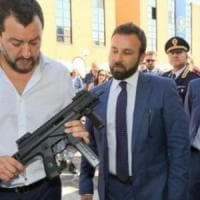 """Foto col mitra, Salvini difende Morisi: """"Polemiche sul nulla"""". Coro di proteste: """"Allora..."""