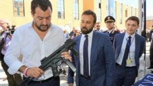 """Salvini con il mitra, coro di proteste: """"Licenzi il suo spin doctor"""". Il ministro: """"Polemiche sul nulla"""""""