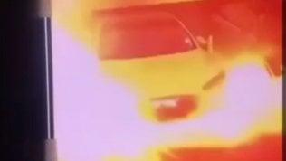 Tesla prende fuoco da sola all'improvviso: il video è virale