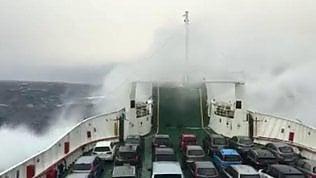 Le onde travolgono il traghetto: il video girato a bordo della nave