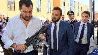 Salvini con il mitra: dove ci può portare la foto del vicepremier