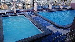 Manila, l'effetto del terremoto sulla piscina del grattacielo