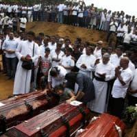 """Sri Lanka, lacrime e collera ai funerali delle vittime: """"Perchè ci lasciano morire così?"""""""