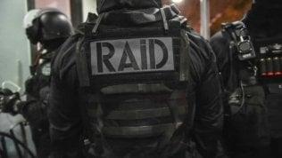 Lourdes, spara e si barrica in casa con l'ex moglie e altri ostaggi: blitz delle forze speciali, arrestato