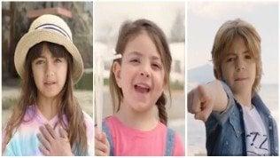 Quei bimbi irresistibili contro la plastica: il video da migliaia di clic