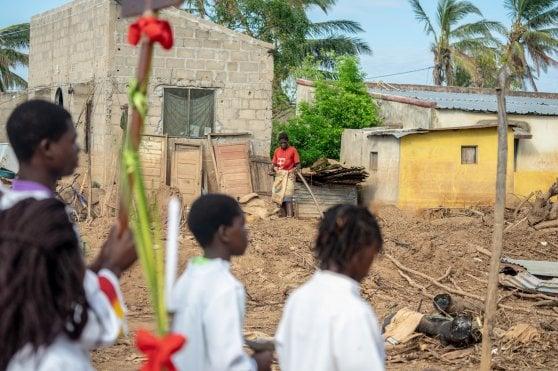 """Mozambico, a un mese dal ciclone Idai: """"Tende, cibo e cure: qui manca tutto"""""""