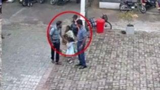 Un presunto kamikaze sfiora la guancia di una bambina