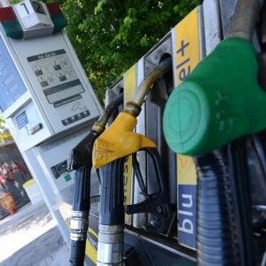 Benzina, volano i prezzi: in autostrada superati 2 euro al litro
