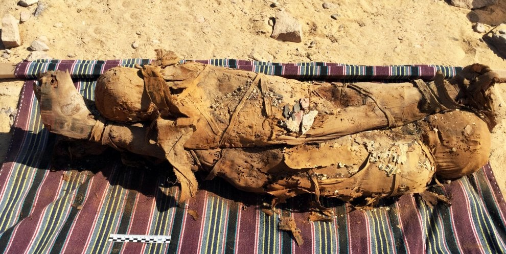 Egitto, ad Assuan riemerse dalle sabbie 35 mummie