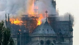 """Incendio Notre-Dame, l'impresa ammette: """"Gli operai fumavano sull'impalcatura"""""""