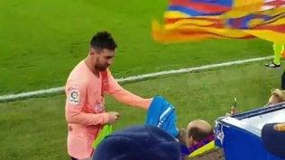 Barcellona, Messi e il tifoso disabile: il gesto del giocatore