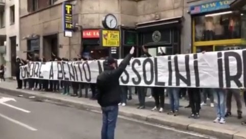 """""""Onore a Mussolini"""": striscione-oltraggio degli ultrà neofascisti a Milano video"""