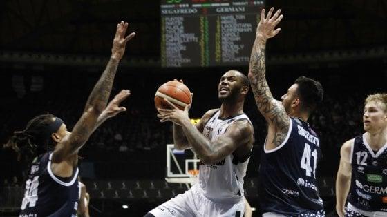 Basket, Fiba Europe Cup: Sassari vince la finale d'andata. Serie A: Virtus Bologna ko a Brescia: è quasi addio ai playoff