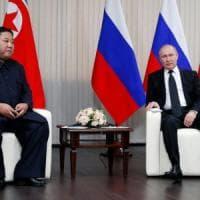 Vladivostok, stretta di mano tra Putin e Kim Jong-un. Ma non sembra portare a risultati...