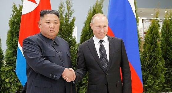 Vladivostok, stretta di mano e vertice tra Putin e Kim Jong-un