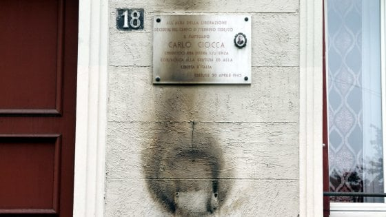 25 aprile, escalation di atti vandalici: lapidi sfregiate, corone incendiate e muri imbrattati