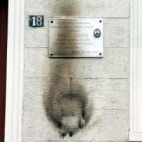 25 aprile, escalation di atti vandalici: lapidi sfregiate, corone incendiate e muri...