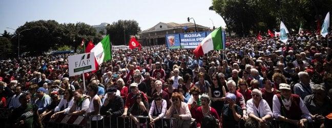 25 Aprile, le piazze piene dell'Italia che festeggia la Liberazione. Mattarella: