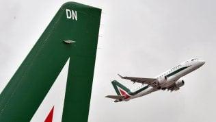 """Alitalia, Toto valuterà offerta entro martedì. Pd all'attacco: """"Governo chiarisca in Parlamento"""""""