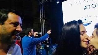 Bacio tra ragazze spiazza Salvini: il suo sguardo dopo il selfie