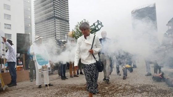 Fuori dall'assemblea di Bonn, i manifstati hanno protestato per l'acquisizione della compagnia agrochimica Monsanto e dei suoi prodotti
