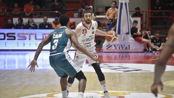 Basket, serie A: Cantù sbanca Pistoia e crede ancora nei playoff