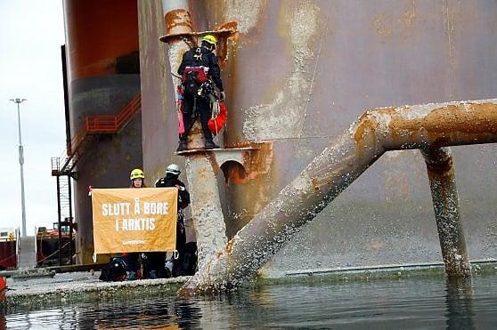 Trivelle, gli attivisti di Greenpeace su una piattaforma petrolifera nel mar Artico