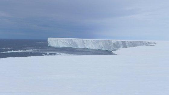 Antartide, la più grande piattaforma di ghiaccio polare si sta sciogliendo: colpa del Sole