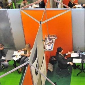 Colloqui di lavoro durante una fiera a Torino