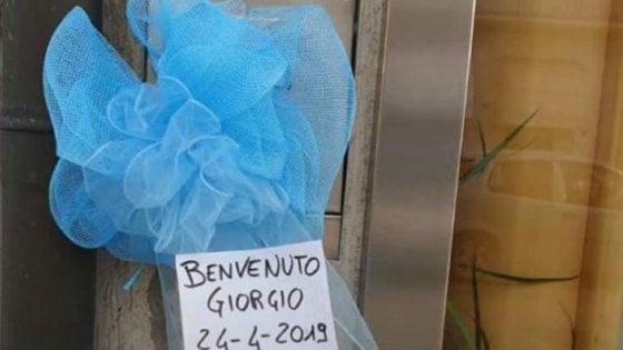 """Giorgio, il paese """"adotta"""" il neonato abbandonato: fiocchi azzurri in case e negozi"""