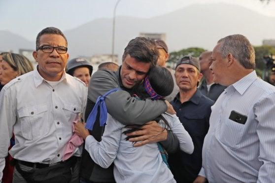 Venezuela, Guaidó lancia l'offensiva finale contro Maduro. Forze armate divise, il governo invia i blindati contro i contestatori