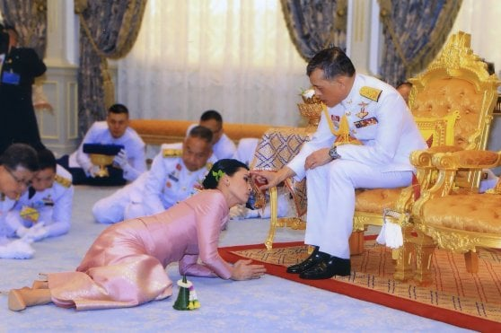 Thailandia, re Vajiralongkorn si è sposato. La hostess diventa regina