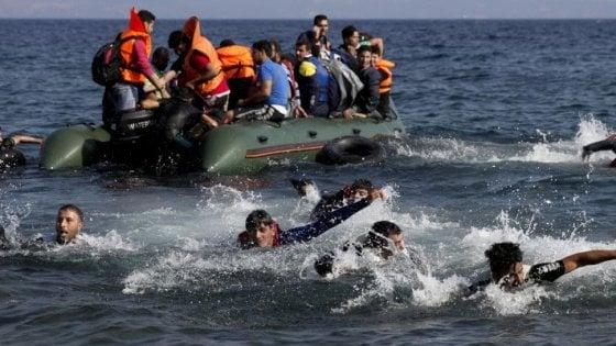 Un barcone con 17 migranti a bordo è affondato nell'Egeo: 9 morti, 5 bambini