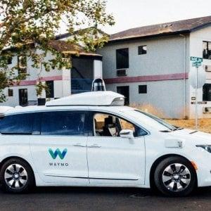 Tassista batte robotaxi: nella guida autonoma i conti non tornano ancora