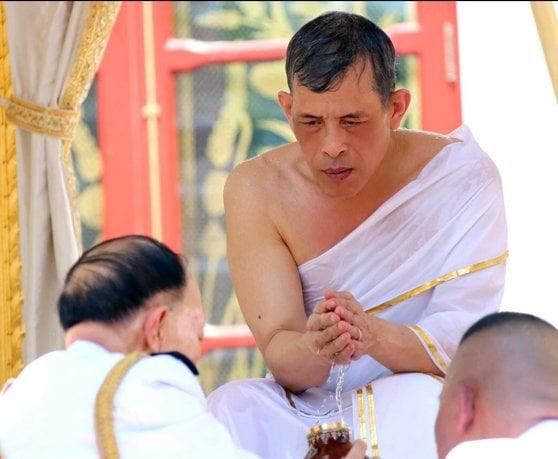 Matrimonio Simbolico In Thailandia : Rama x sale sul trono il nuovo re di thailandia repubblica.it
