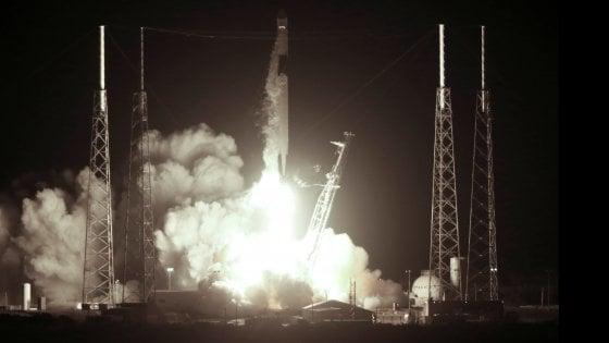 Space X, lanciata la capsula Dragon: a bordo un carico di mini-organi umani
