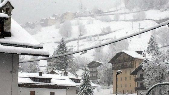 Meteo, è maggio ma sembra novembre: pioggia e freddo in tutta Italia. Torna anche la neve