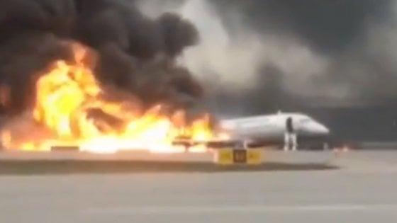 Aereo Aeroflot si incendia durante atterraggio d'emergenza a Mosca: 41 morti