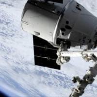 La capsula Dragon agganciata alla Stazione Spaziale