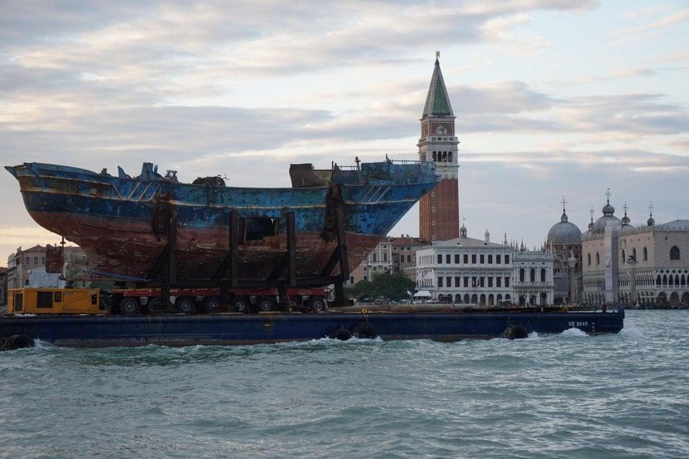 Il relitto simbolo delle tragedie del mare verso la Biennale