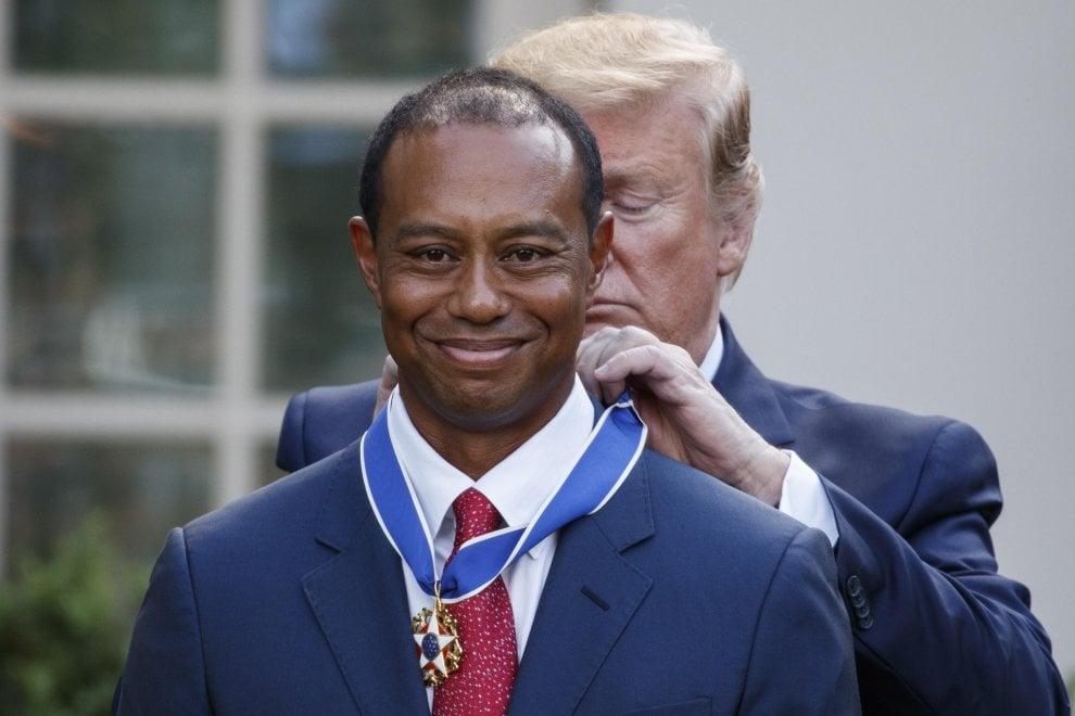 """Medaglia della libertà al campione di golf Tiger Woods. Trump: """"Come te non c'è nessuno"""""""