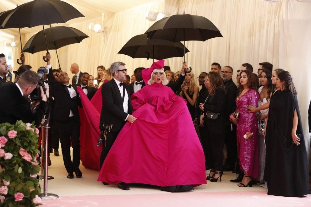 Lady Gaga come una matrioska al Met Gala: dalla gonna a campana alla lingerie
