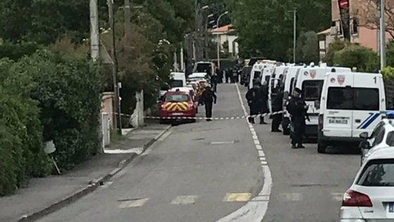 Francia, arrestato il 17enne che si è barricato in un bar con 4 donne in ostaggio. Rilasciate dopo ore di terrore