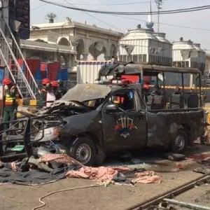 Pakistan: bomba contro polizia a santuario sufi di Lahore, sei morti