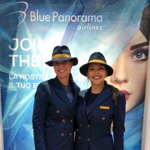 Blue Panorama cerca 50 hostess e steward