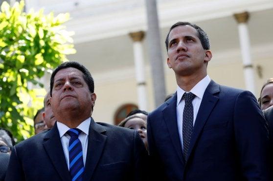 Venezuela, arrestato il braccio destro di Guaidò: Edgar Zambrano si era barricato in auto, prelevato con la gru