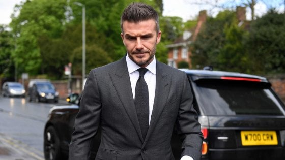 Inghilterra, al volante col telefono: patente sospesa sei mesi a Beckham