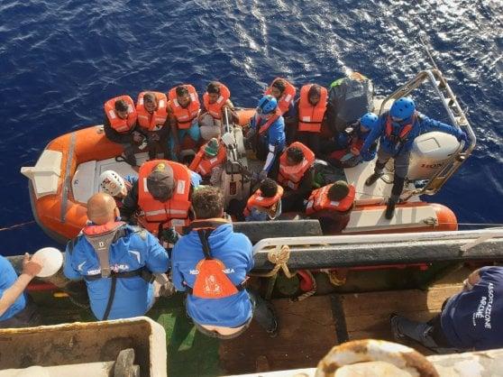 Il premier Conte apre i porti: sbarcheranno ad Augusta i 36 migranti salvati dalla Marina Militare